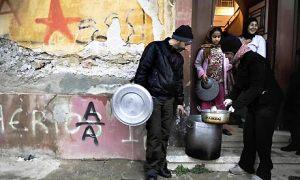 Aktywiści dostarczają zupę mieszkańcom Aten