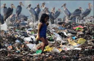 Wysypisko śmieci w pobliżu ptasiego rezerwatu Deepor Beel w Indiach.