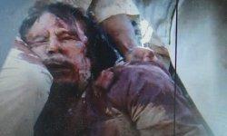 Zabity Kaddafi. Klatka z materiału wideo nakręconego 20.10.2011 (Reuters).